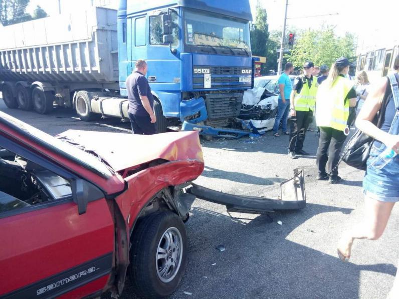 В Днепре столкнулись три машины