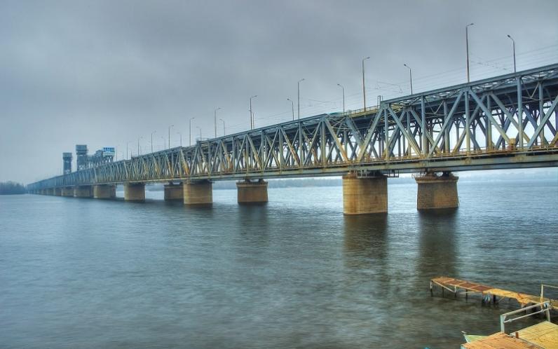 В Днепре мужчина пытался украсть ограждение с Амурского моста