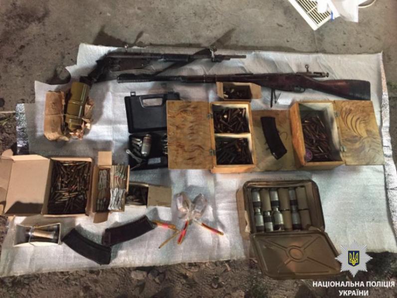 На Днепропетровщине мужчина превратил два гаража в склад оружия