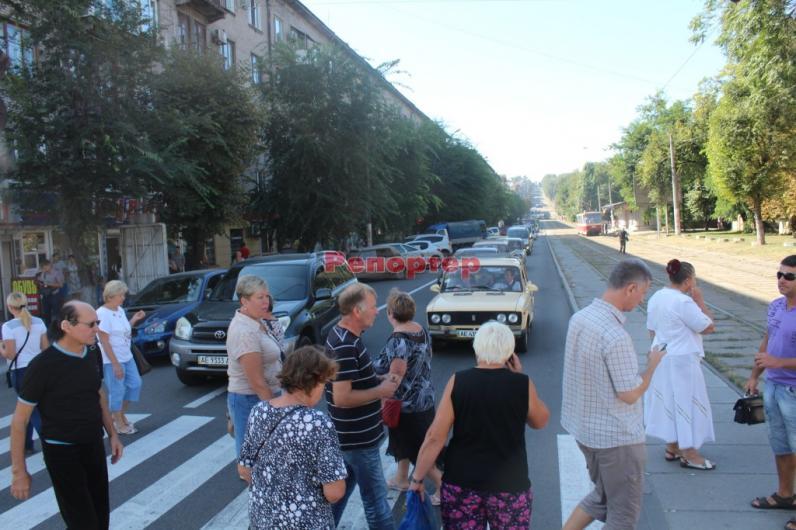 Жителям Каменского отключили газ, поэтому люди перекрыли проспект