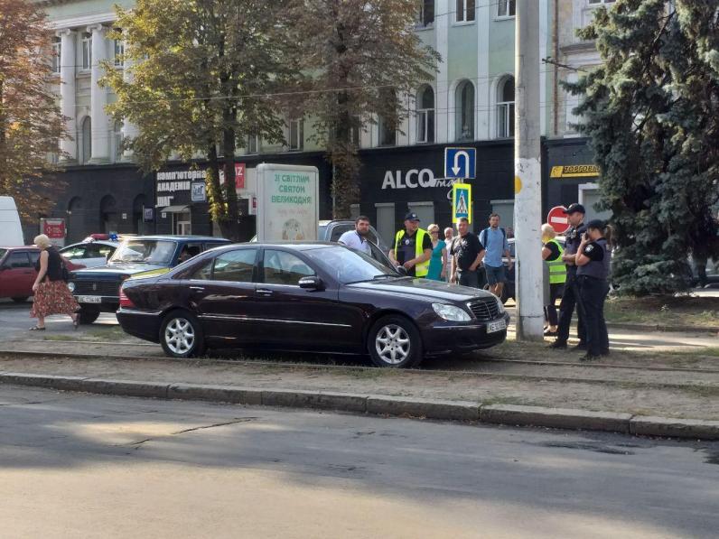 В Днепре водитель припарковал машину на трамвайных путях
