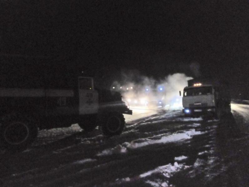 На Днепропетровщине в снегу застряли пассажирский автобус и два грузовика