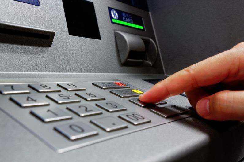 Мужчина нашел способ обхитрить банкомат и жил за его счет