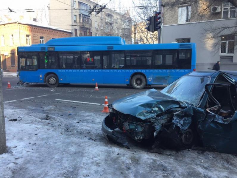 В Днепре автобус врезался в легковушку