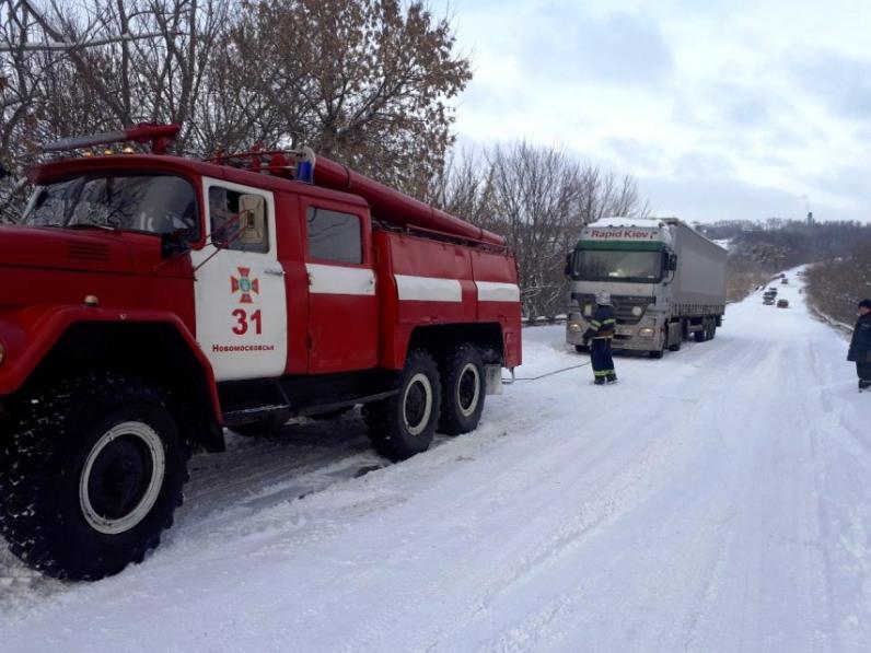 На Днепропетровщине спасатели вытащили из снега семь машин
