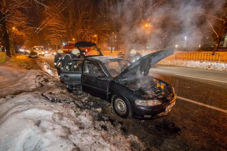 В центре Днепра на дороге сгорел Opel