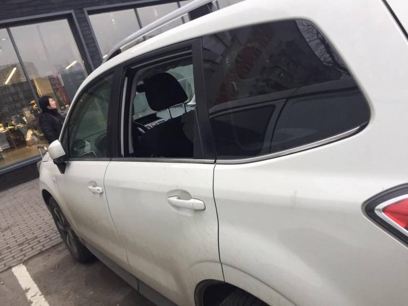 За вашими авто следят: в Днепре разбивают стекла в машинах и грабят