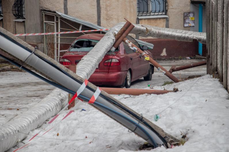 В Днепре столб и труба теплотрассы рухнули на автомобиль