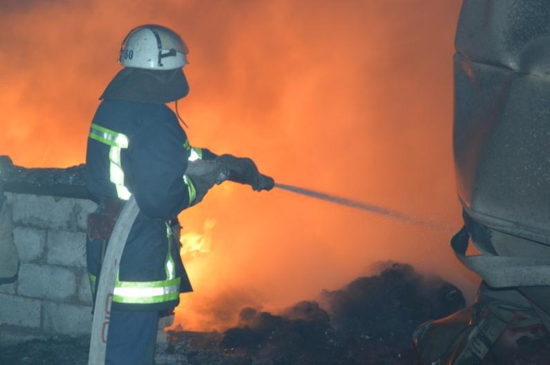 В Днепре горел промышленный цех: огонь уничтожил 300 квадратов