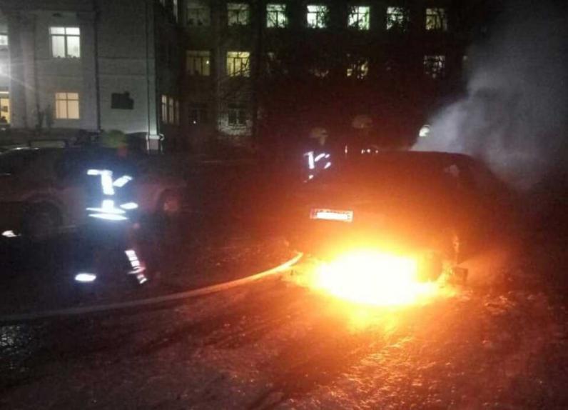 В Днепре на улице Кедрина сгорела иномарка
