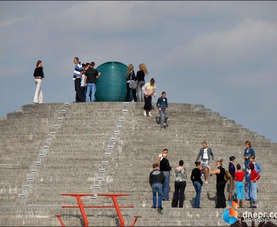Пирамида и шарик